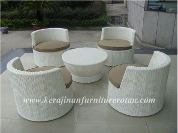 Kursi rotan unik berbentuk bulat dengan gaya minimalis
