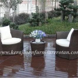 Kursi teras dengan sandaran diagonal