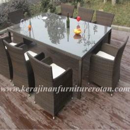 Meja makan dengan desain minimalis