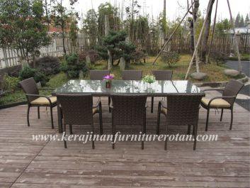 Furniture rotan berjenis Meja makan minimalis dengan tampilan soft glow
